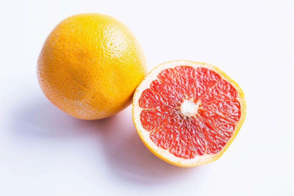 Eine geteilte Grapefruit auf weißem Hintergrund