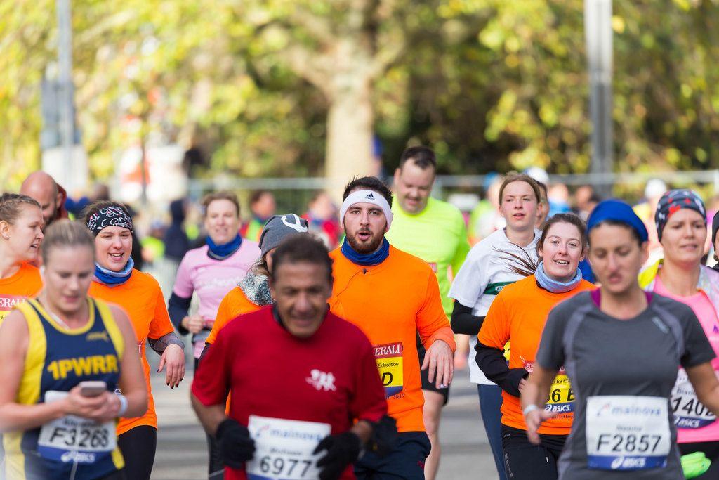 Eine große Gruppe von Läufern auf ihrem Weg zum Ziel - Frankfurt Marathon 2017