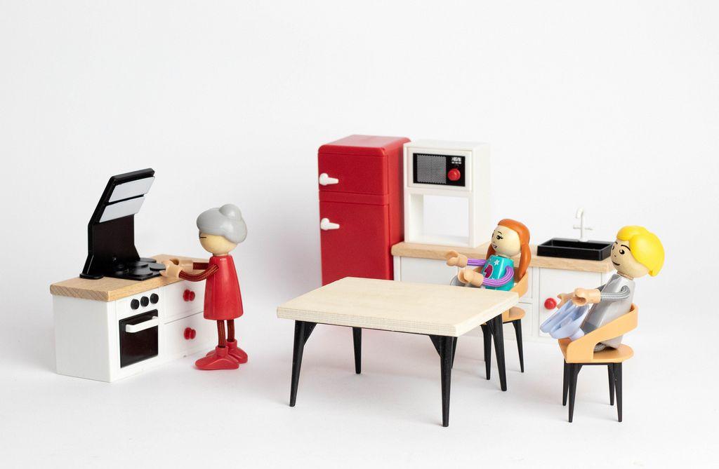 Eine Großmutter bekocht ihre Enkel  - Modelfiguren