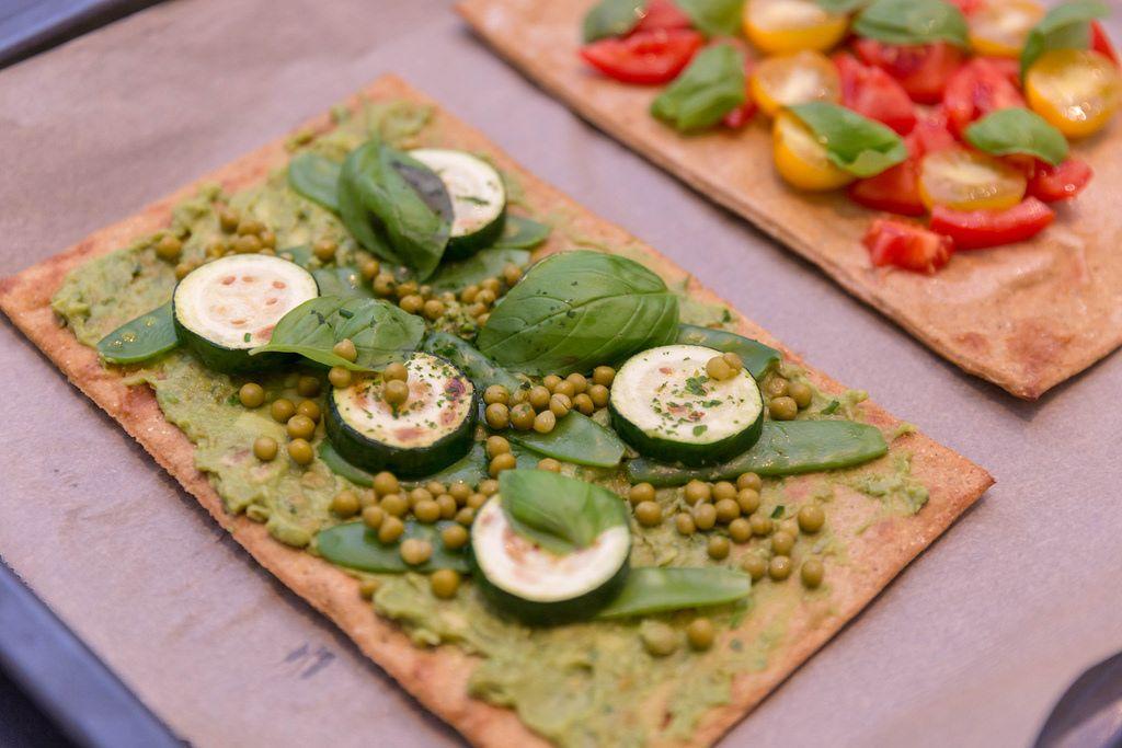 Eine grüne vegane Pizza - mit gesundem Teigboden aus Chia und Leinsamen