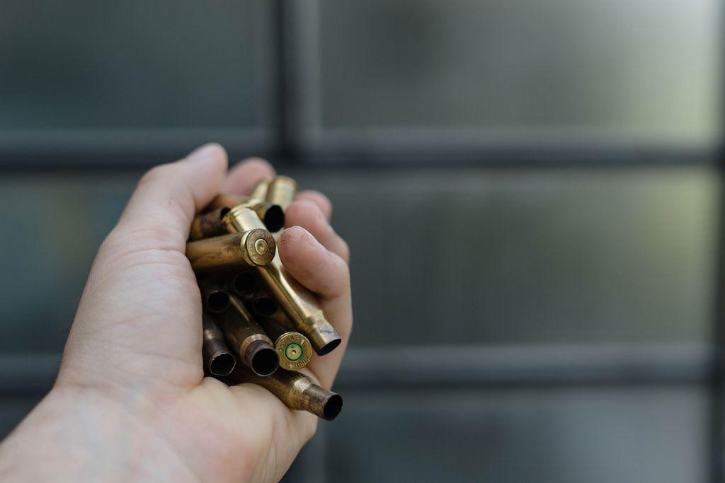 Eine handvoll leerer Patronenhülsen