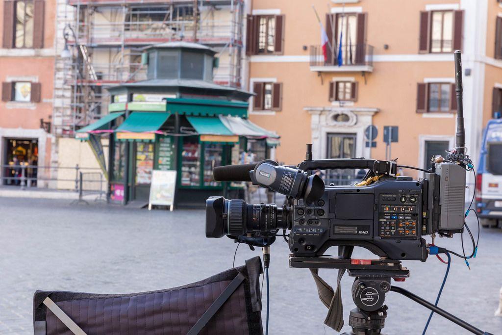 Eine Kamera filmt das Geschehen auf einem Platz in Rom