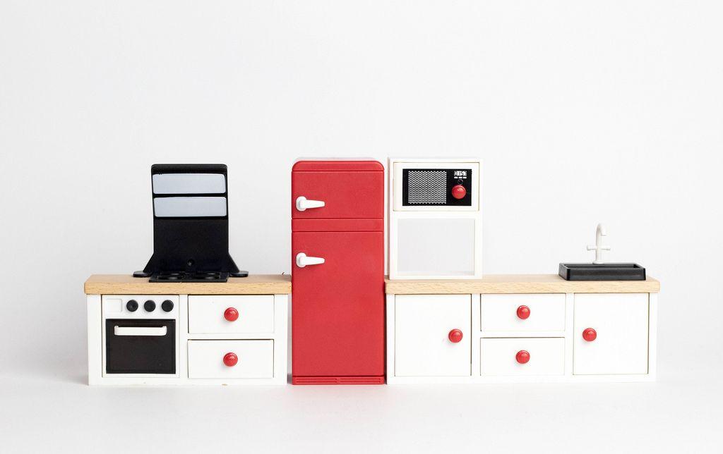 Eine Küche in rot und weiß aus Holzmodellen auf weißem Hintergrund