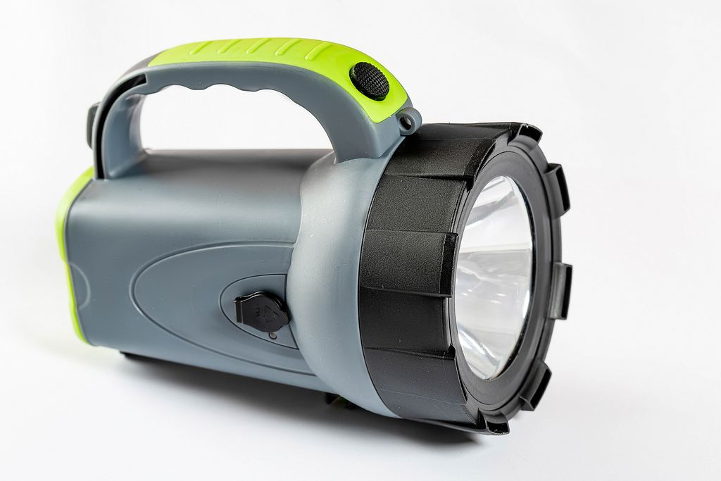 Eine LED-Taschenlampe auf weißem Hintergrund