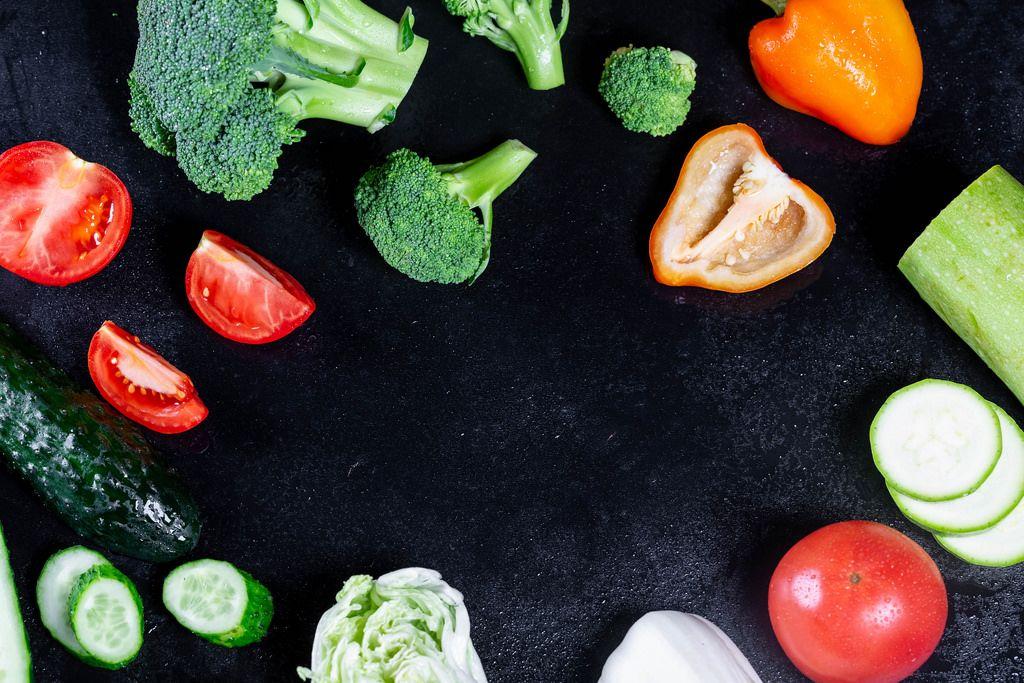 Eine Mischung aus frischem Gemüse auf schwarzem Hintergrund