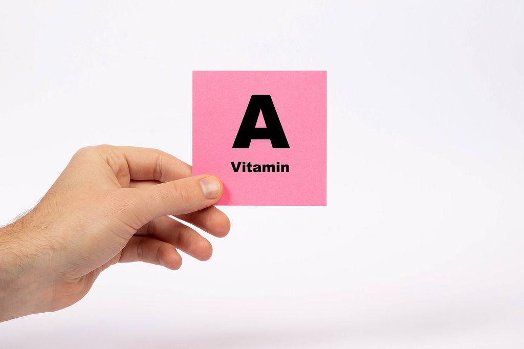 Eine Notiz mit der Aufschrift Vitamin A in der Hand gehalten auf weißem Hintergrund