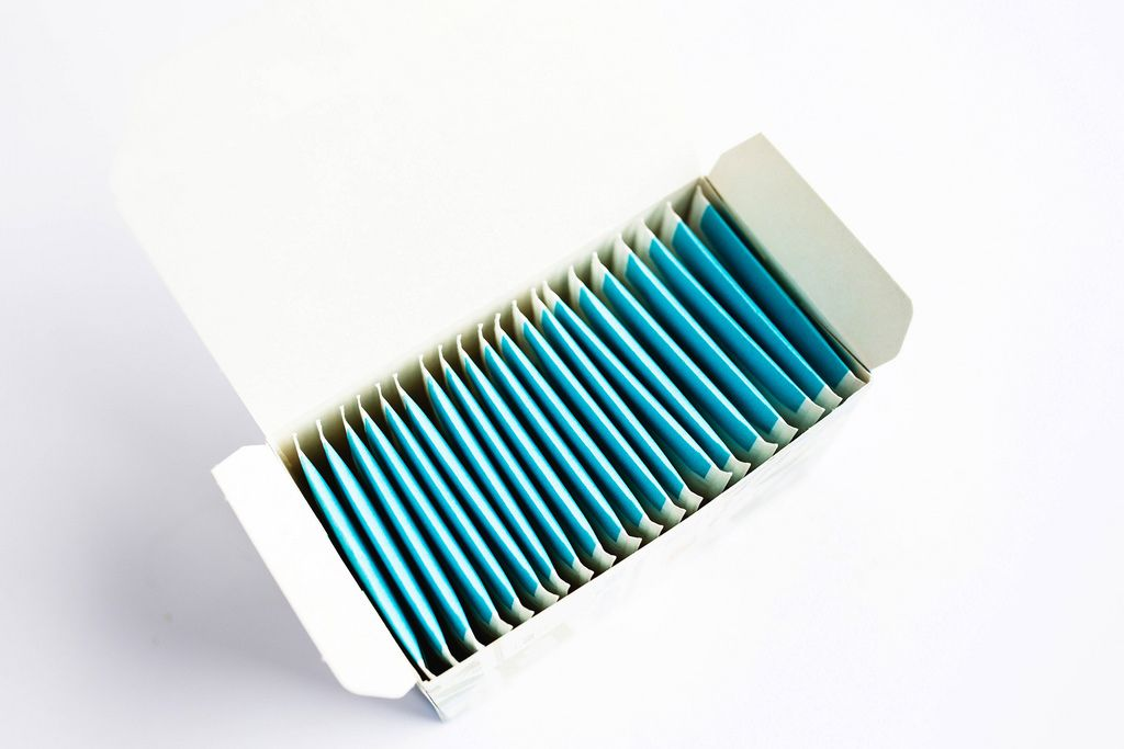 Eine offene Packung mit Teebeuteln auf weißem Hintergrund