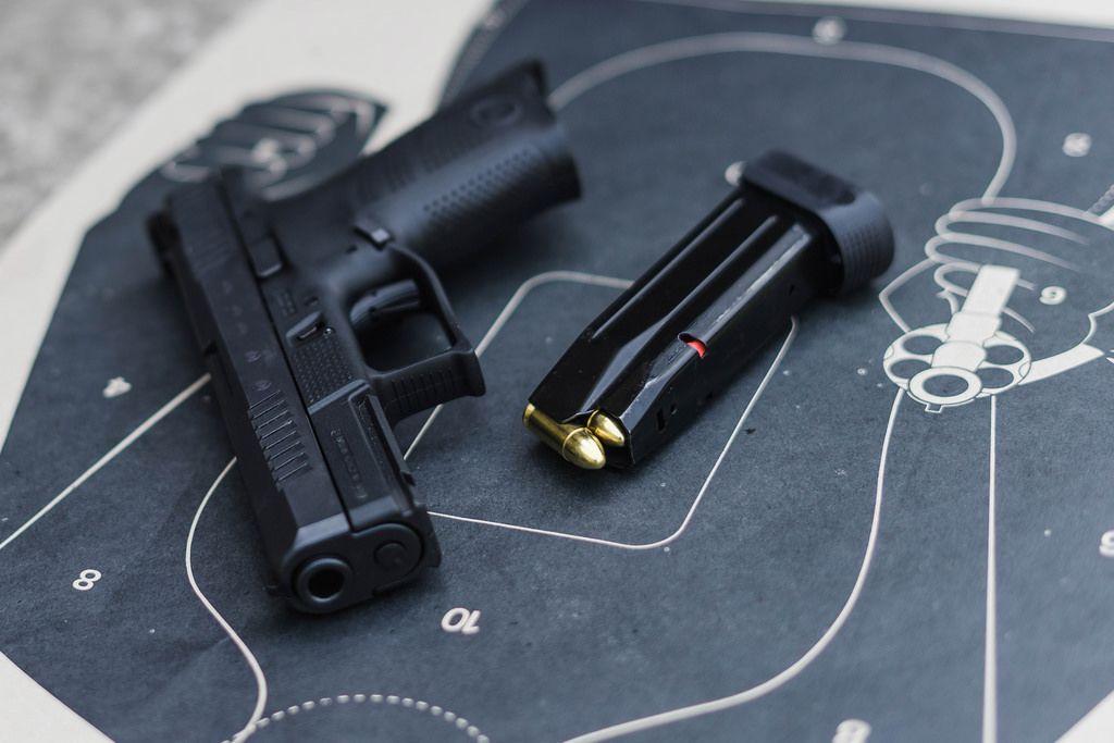 Eine Pistole mit einem geladenem Magazin