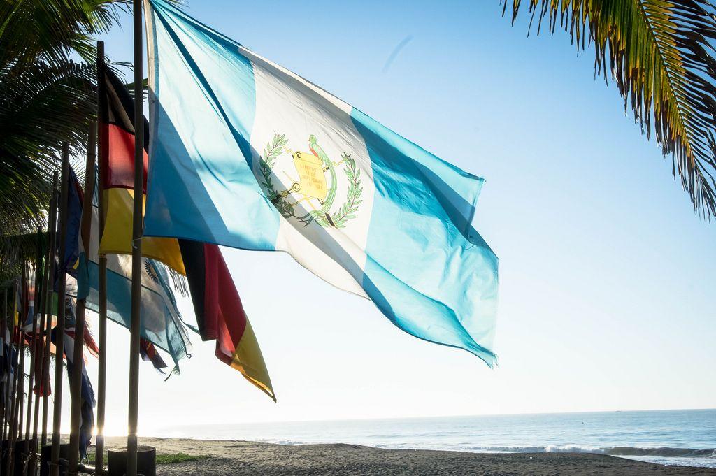 Eine Reihe von Fahnenmasten einschließlich der Flaggen Guatemalas und Deutschlands