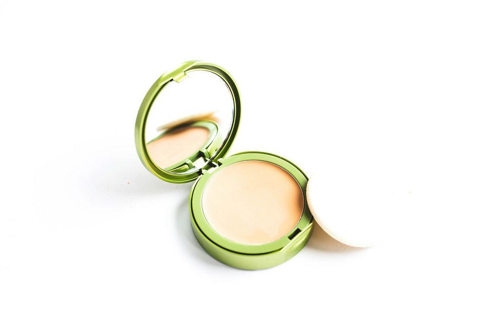 Eine Schminkschachtel mit Make-Up und einem Spiegel