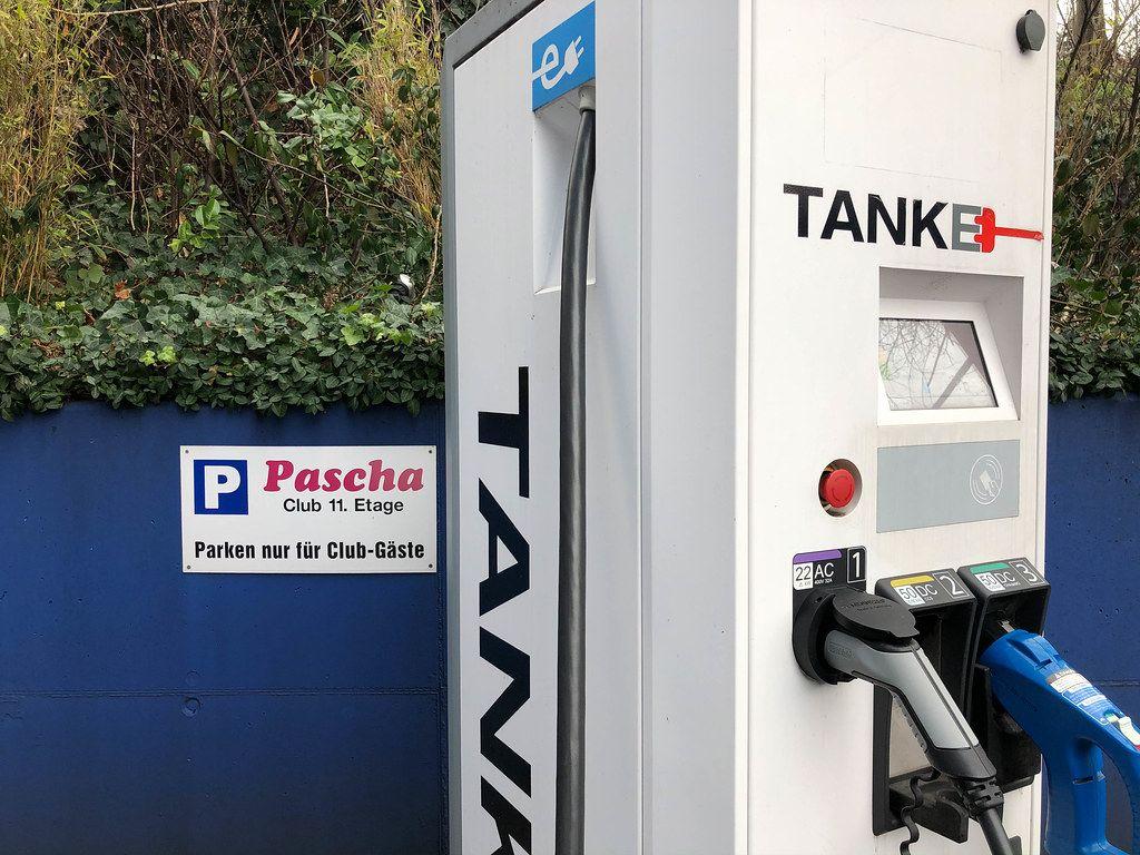 Eine Stromtankstelle für Elektroautos beim Parkplatz vom Pascha Club in Köln
