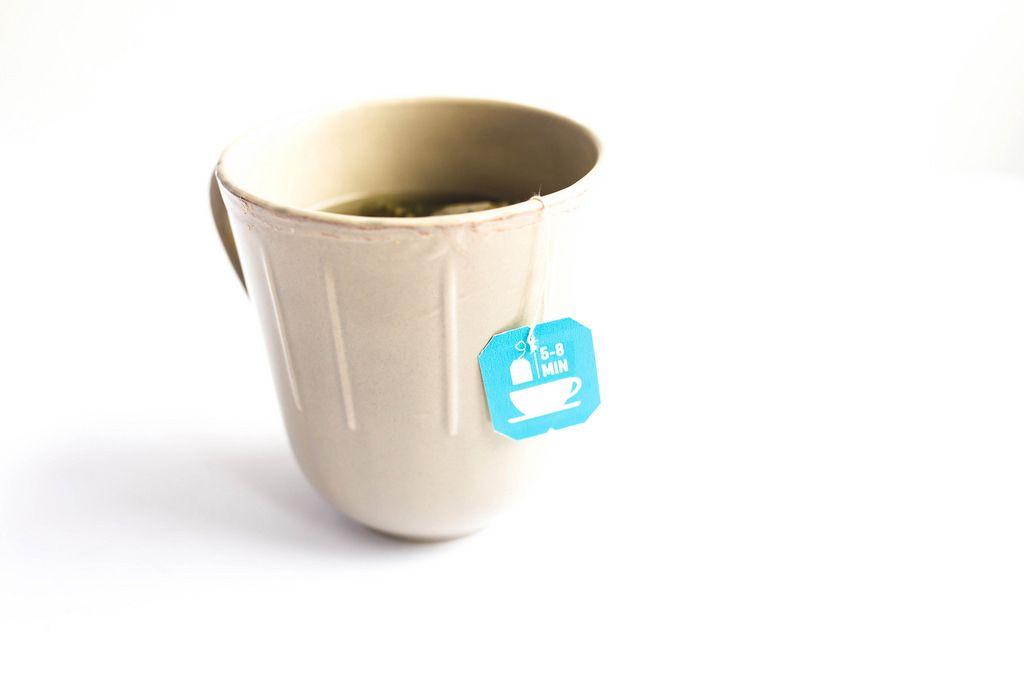 Eine Tasse Tee mit einem Teebeutelschild auf weißem Hintergrund