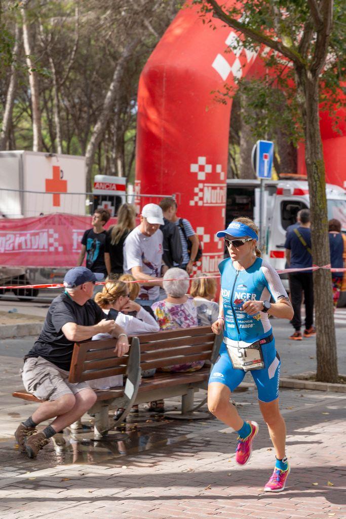 Eine Triahtletin, Lucy Gossage mit der Nummer 51, läuft beim Peguera Challenge Triathlon 2018