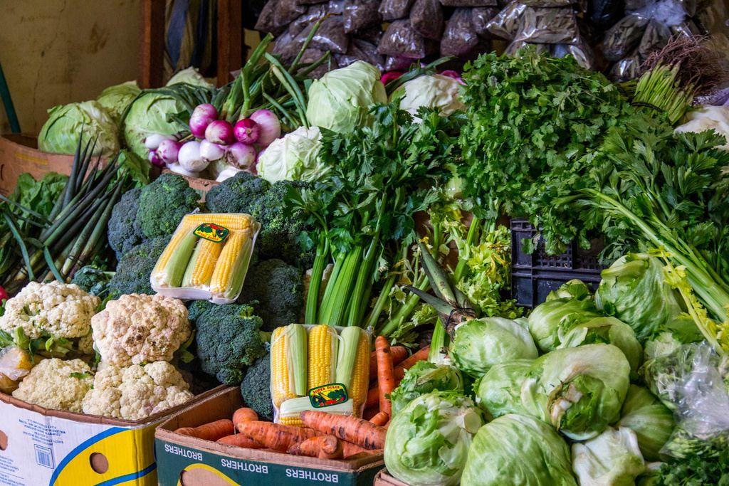 Eine Verkaufsstand mit Gemüse auf dem Markt