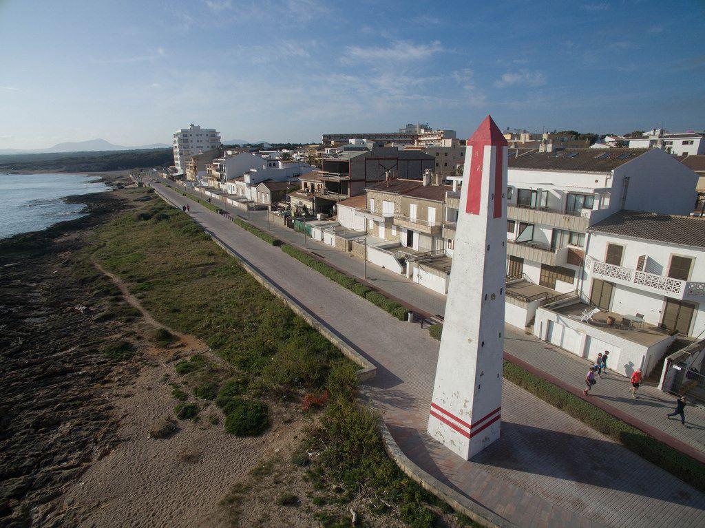 Einer von mehreren Obelisken am Strand Playa De Muro in C'an Picafort