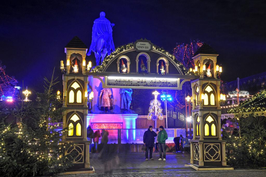 Eingang Weihnachtsmarkt Heumarkt mit Reiterdenkmal