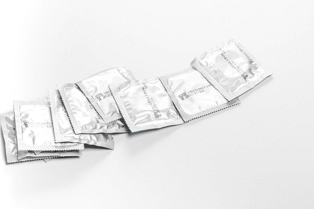 Einige Kondome auf einem weißen Tisch - das Konzept vom Kampf gegen Aids