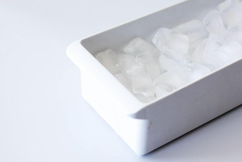 Eis in weißem Behälter