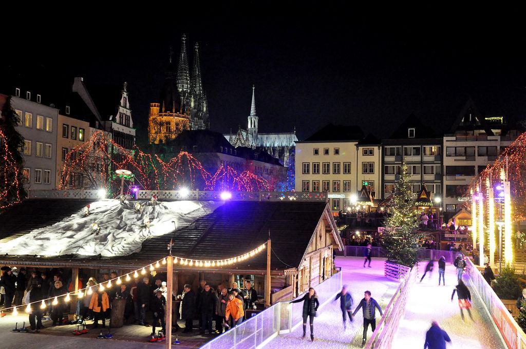 Eisbahn, Eisstockschießen und Kölner Dom am Weihnachtsmarkt Heumarkt