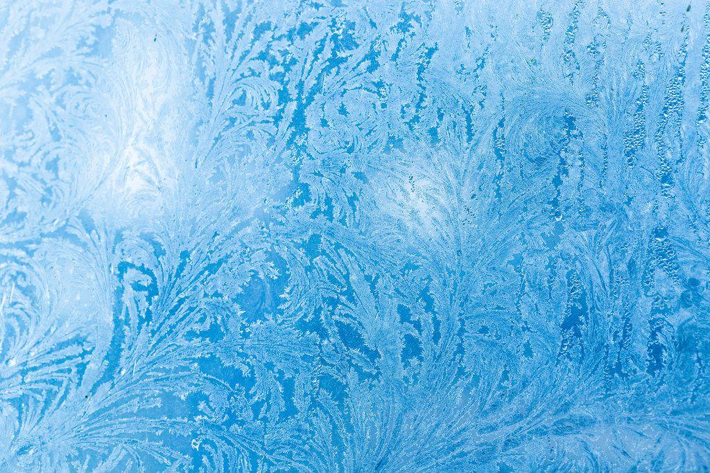 Eiskristalle auf einer Glasscheibe - Frost
