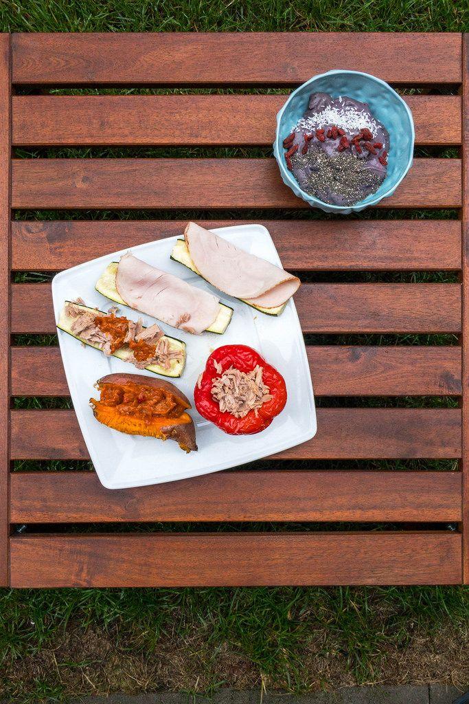 Eiweiß-Bowl, Zucchini-Schiffchen mit Pute und Thunfisch, gebackene Paprika und Ofensüßkartoffel mit Auberginen-Pesto