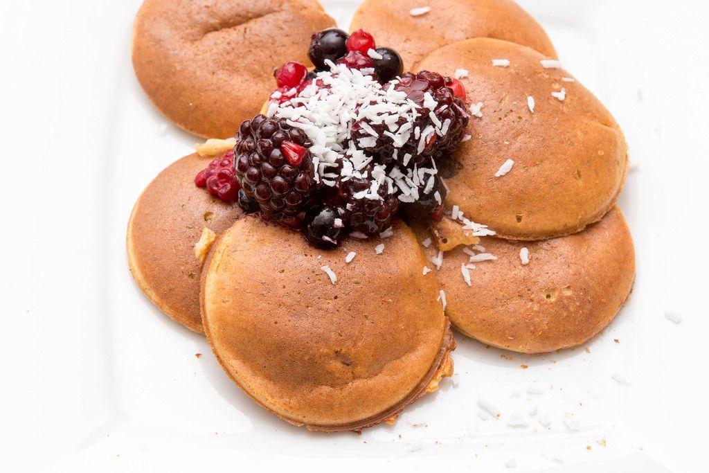 Eiweiß-Pancakes mit Beeren und Kokosraspel