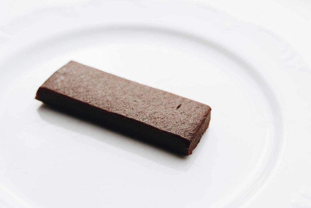 Eiweißriegel mit Schokoladengeschmack vor weißem Hintergrund