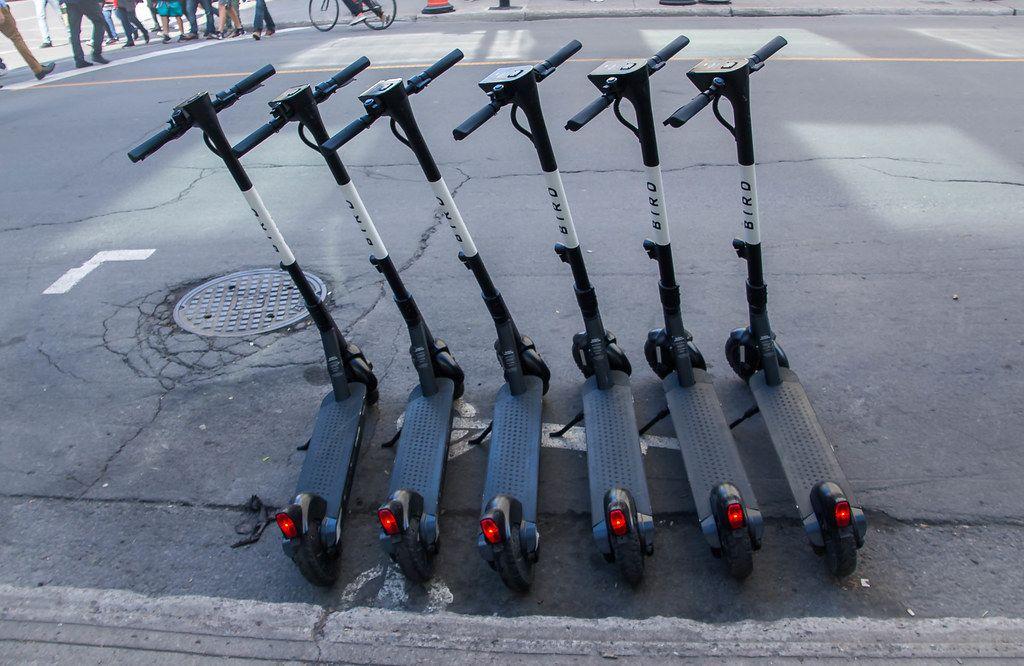 Elektrische Tretroller zum Ausleihen auf den Straßen gereiht