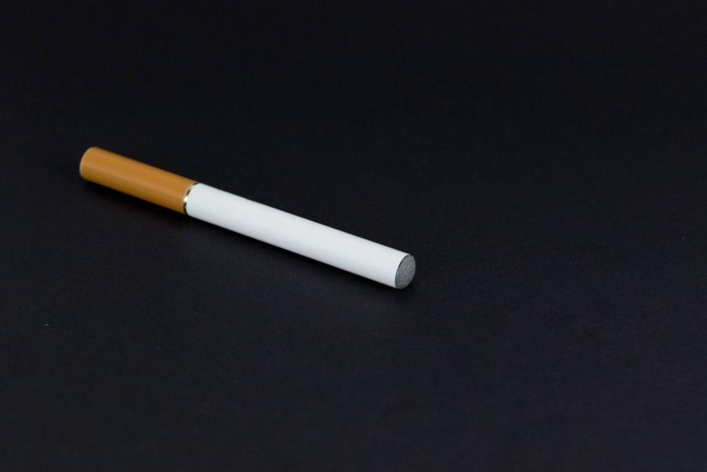 Elektrische Zigarette vor schwarzem Hintergrund
