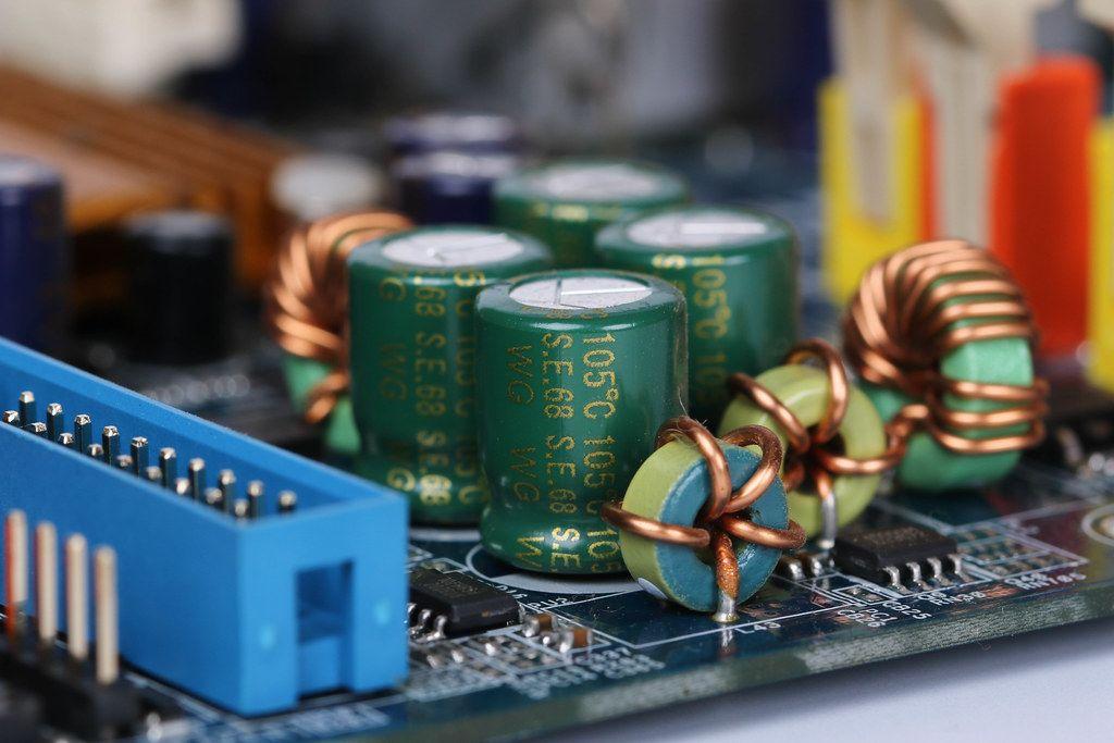 Elektronische Bauteile auf einer Leiterplatte Nahaufnahme