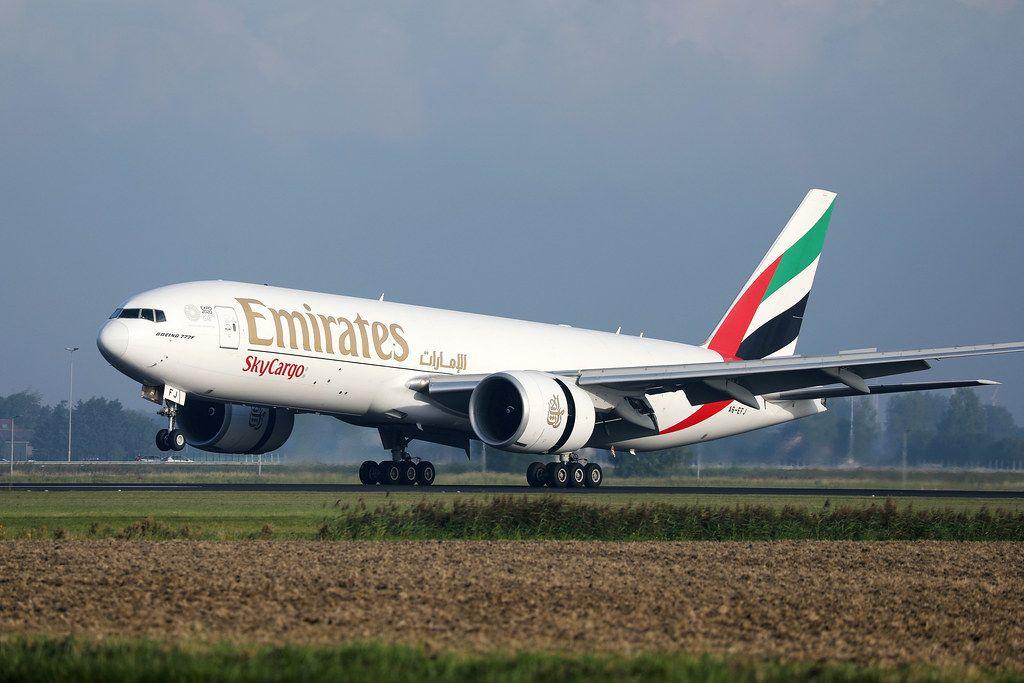 Emirates Flugzeug startet vom Flughafen in Amsterdam-Schiphol