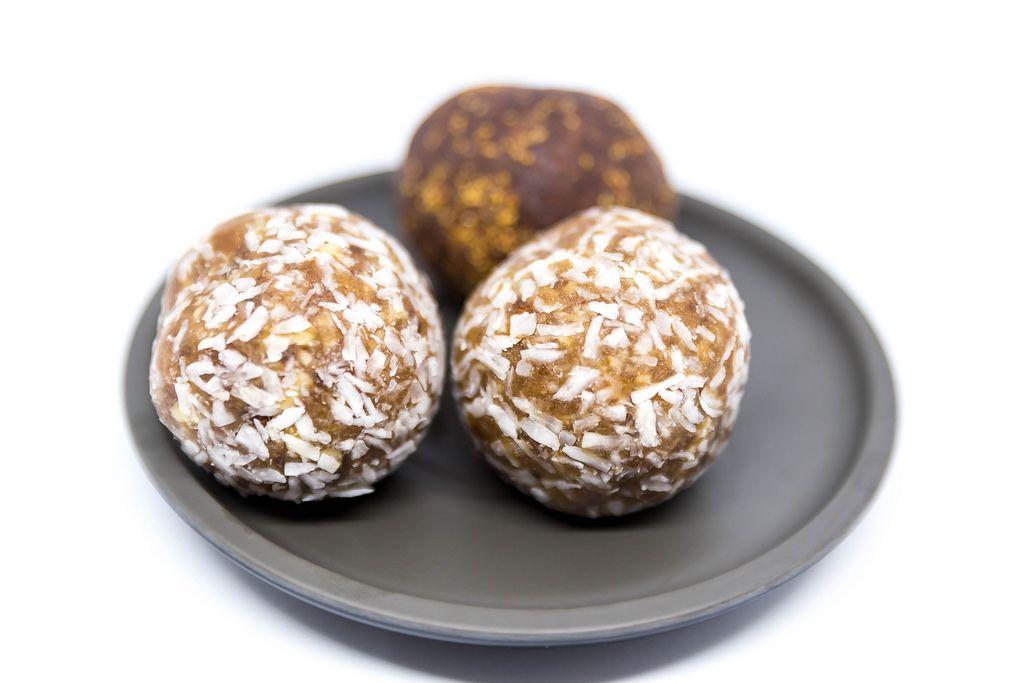 Energy Balls mit Kokos und Erdbeere