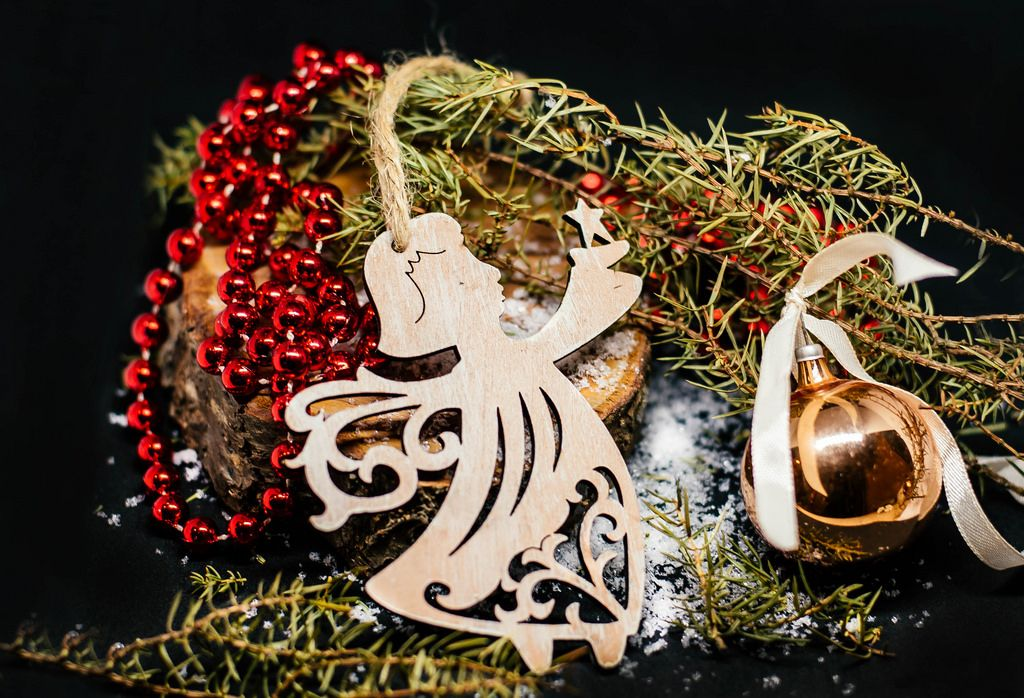 Engel aus Holz und weiterer Weihnachtsbaumschmuck