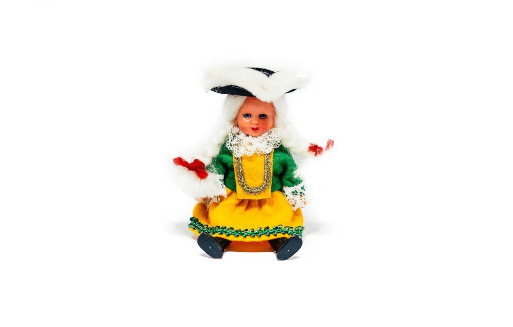 Entzückende, klassisch gekleidete Puppe