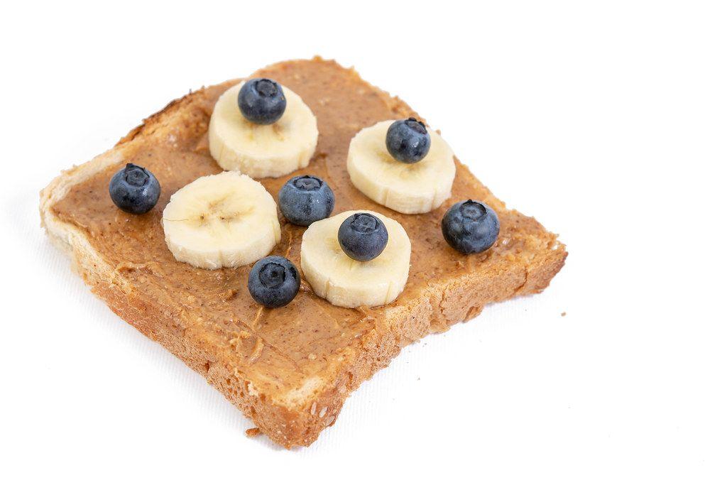 Erdnussbutterbrot mit Bananen und Blaubeeren