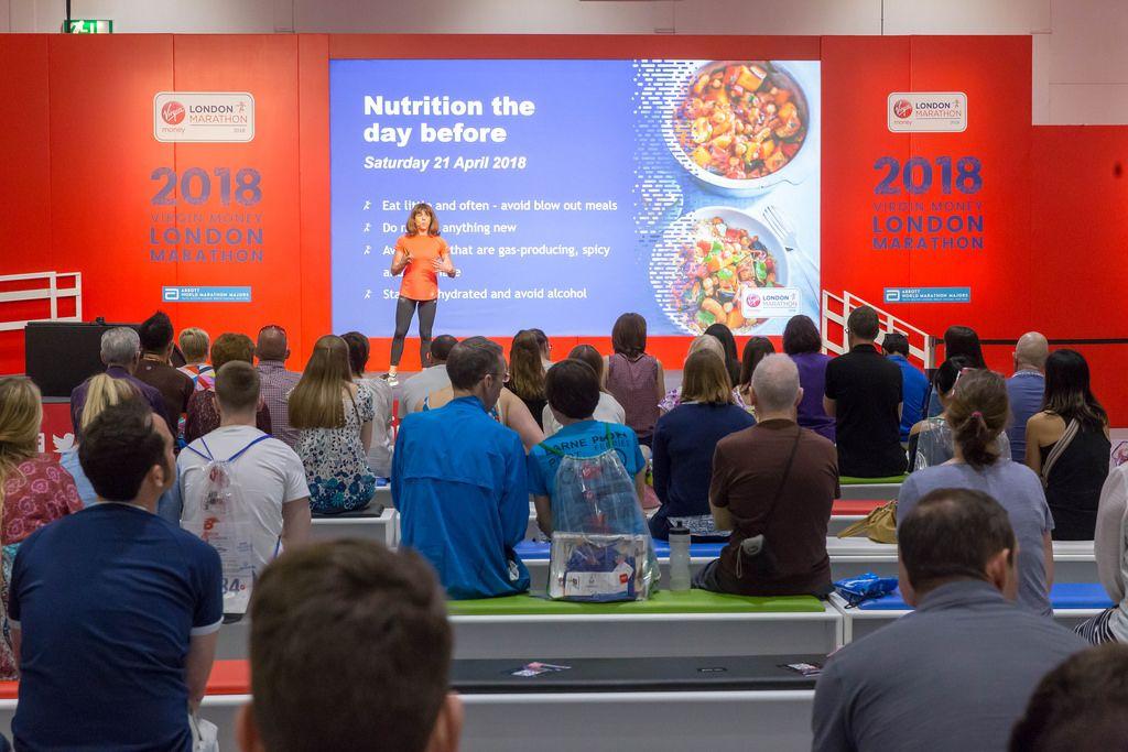 Ernährungsberater Anita Bean hält einen Vortrag über gesunde Ernährung
