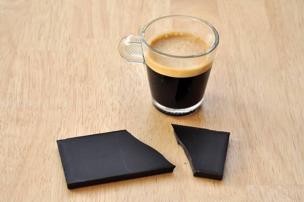 Espresso mit dunkler Schokolade