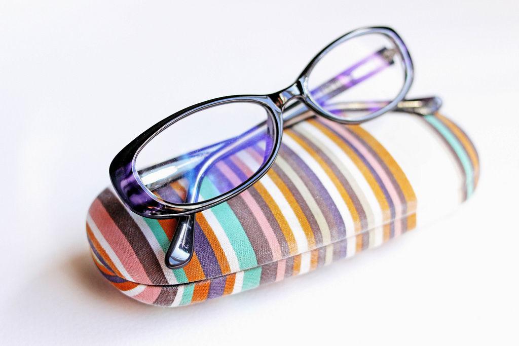 Etui mit Brille (engl. Glasses)