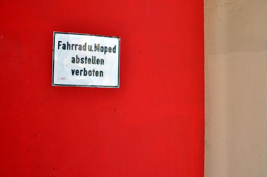 Fahrrad und Moped abstellen verboten