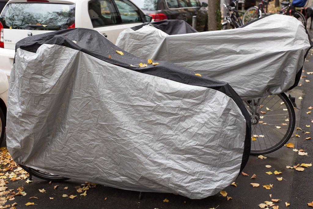 Fahrräder mit Regenverdeck