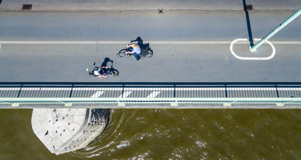 Fahrradfahrer auf der Deutzer Brücke in Köln