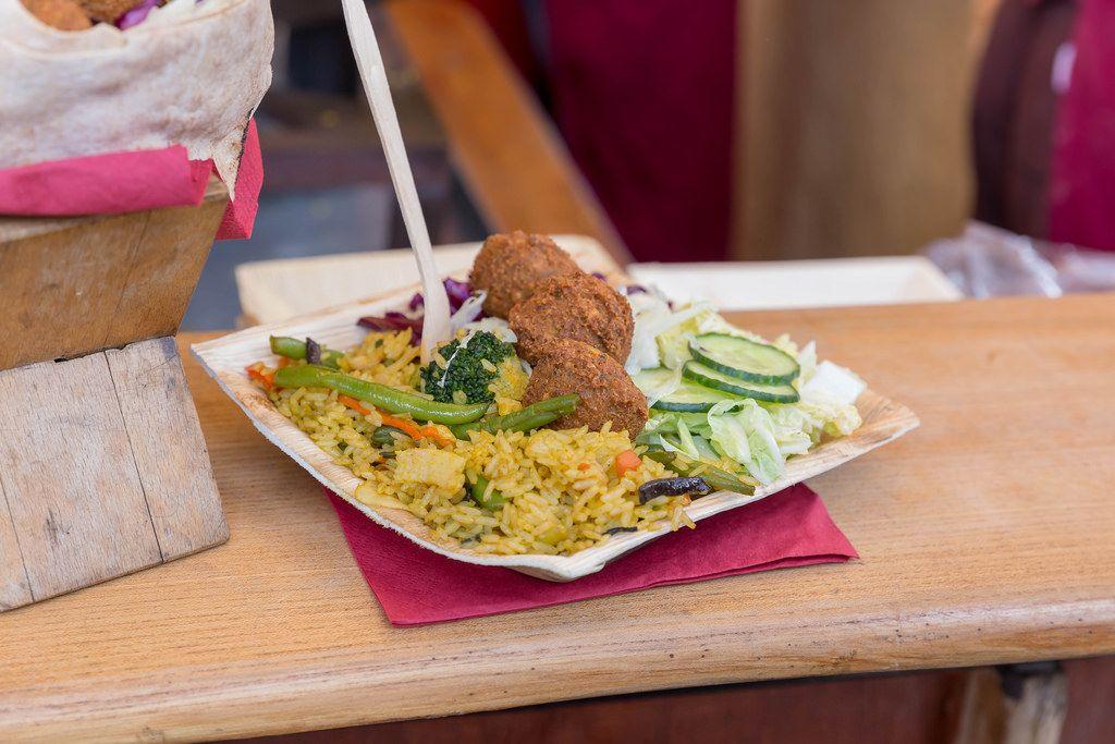 Falafel mit Curryreis, Gurke, Salat und Kohl