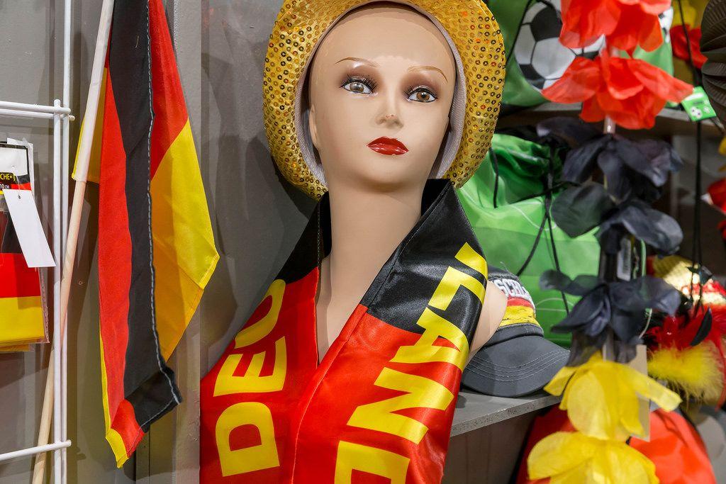 Fan-Artikel: Flagge Deutschlands und Schals in schwarz-rot-gold - IAW Köln 2018