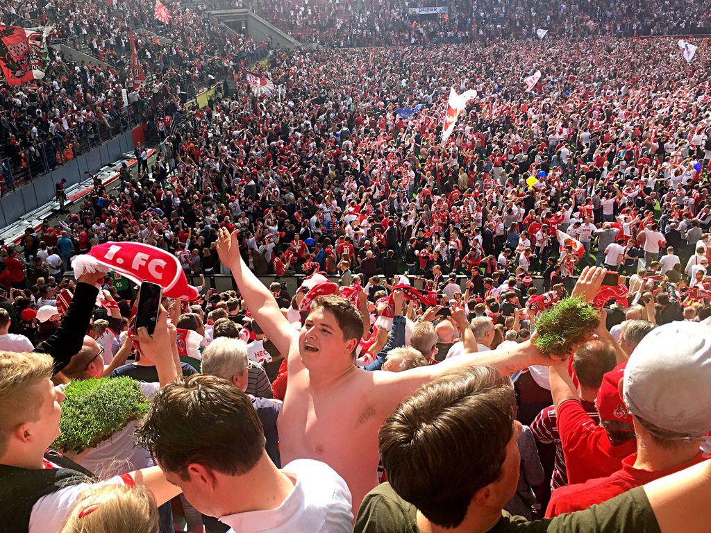 Fan mit Rasen und Platzsturm im RheinEnergie-Stadion am 20.05.2017