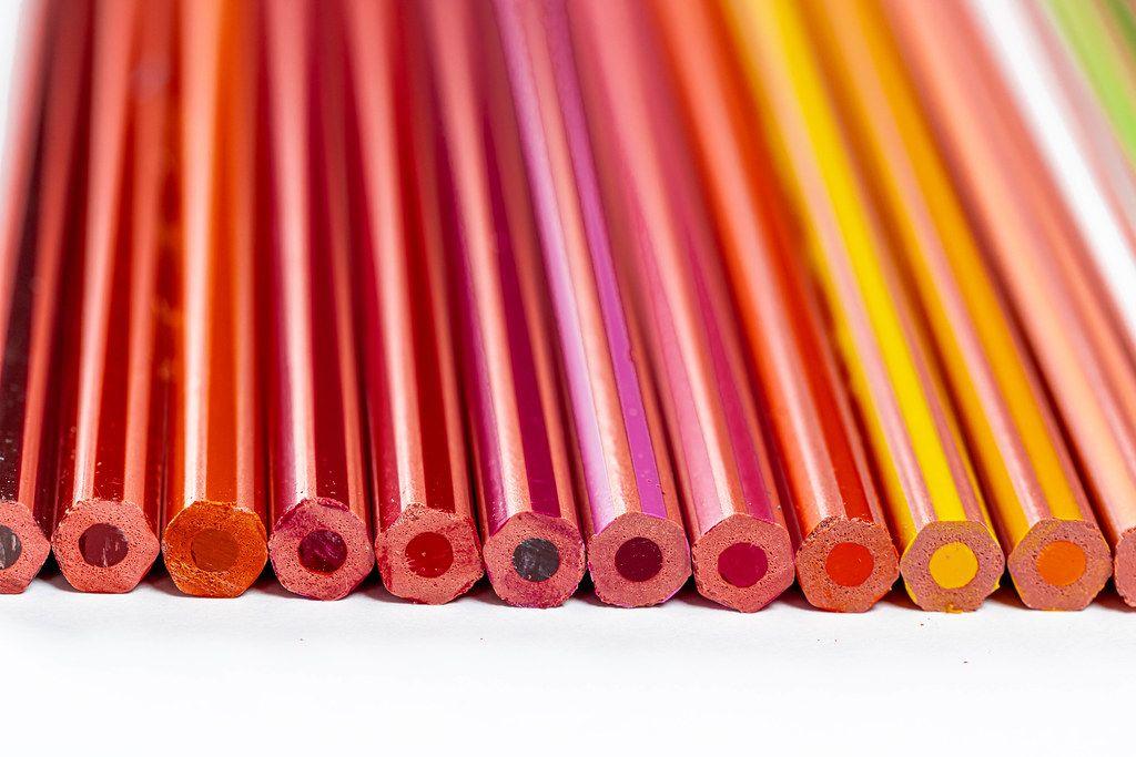 Farbstift-Set mit verschiedenen Schattierungen von Gelb, Rot, Lila und Braun