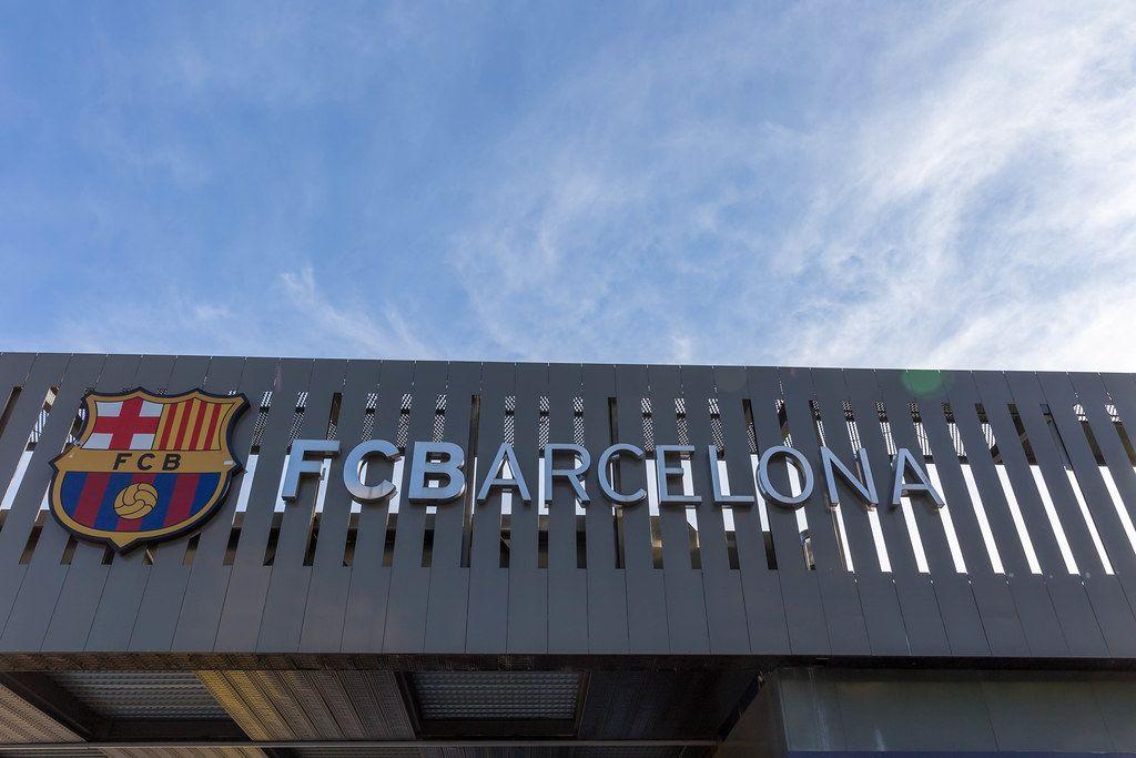 FC Barcelona Schriftzug am Eingang von Europas größtem Fußballstadion
