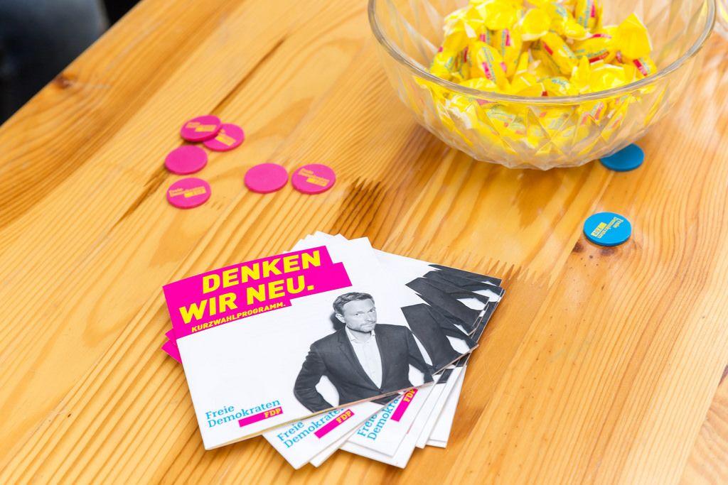 FDP-Stand am Kölner Neumarkt. Wahlprogramm mit Portrait von Christian Lindner