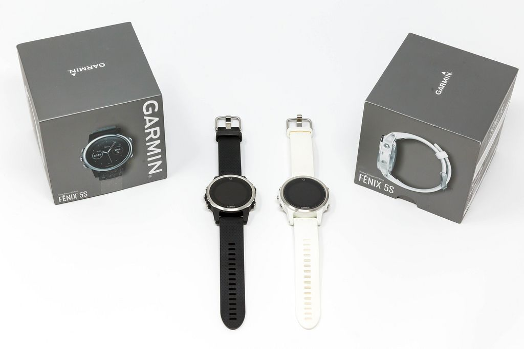 Fenix 5S Garmin Smartwatches in schwarz und weiß mit Verpackung auf weißem Hintergrund