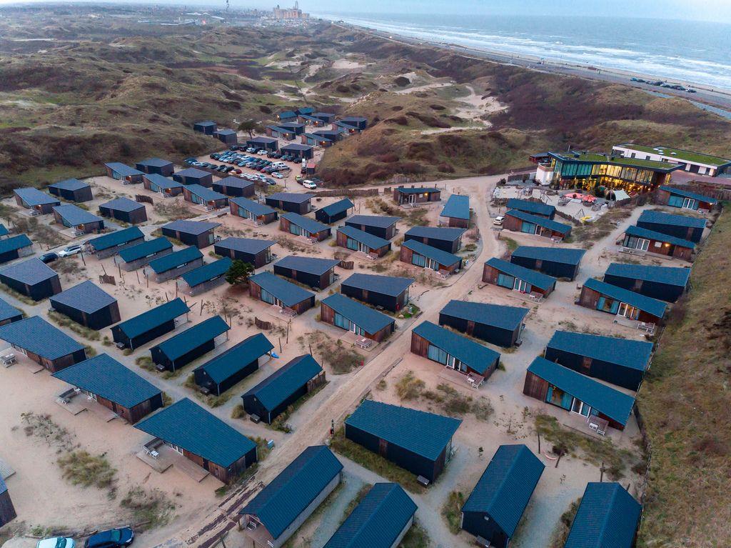 Ferienhäuser in Overveen, eingebettet in grüne Hügel mit benachbartem Strand