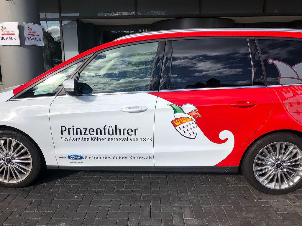 Festkomitee Kölner Karneval: das Auto vom Prinzenführer des Kölner Dreigestirns Marcus Heller im Rot-Weiß mit dem Kölner Wappen